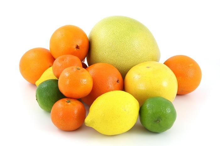 肌に良いとされるビタミンCですが、レモン・オレンジ・グレープフルーツなどの柑橘系や一部の野菜には「ソラレン」という光毒性の成分が含まれているので、朝食に柑橘系のジュースや生野菜のサラダをしっかり食べると日焼けしやすくなる事も。紫外線が強い季節は、ビタミンCたっぷりのメニューは夕食に食べるのがおすすめです。