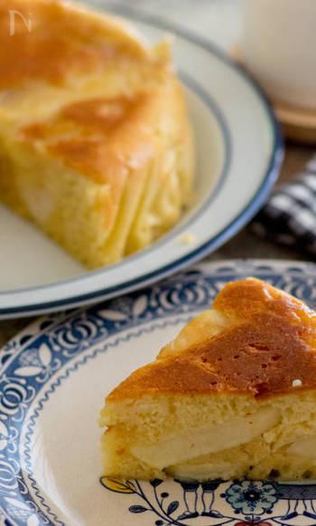 こちらはりんご入りのヨーグルトケーキです。さわやかなケーキが食べたいときにおすすめ。冷やしてから食べると良いですよ。クッキングシートをお釜に敷くので焦げ付きの心配も防げます。ひっくり返して盛り付けると、下に敷いたりんごがちょこっと顔を出すしかけ♪