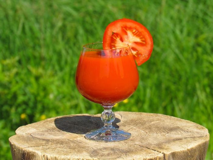 水分補給にプラスしたいのがトマトジュースです。トマトに多く含まれるリコピンは日焼けで受けた肌ダメージを軽減する効果が期待できます。生のサラダもおすすめですが、トマトジュースの方がより多くリコピンを多く含むそうです。