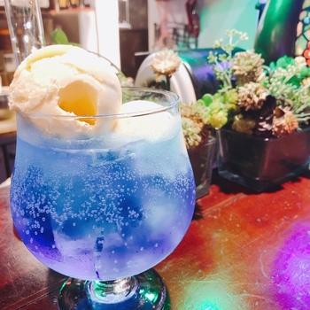 大きなグラスにたっぷりと注がれたソーダ水に浮かぶ丸いバニラアイスクリームがインスタ映えすると人気のお店です。こちらでは、クリームソーダというメニューはなく、メロンかブルーハワイという二種類のソーダ水にバニラアイスをトッピングするという形になっています。