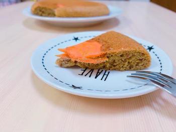野菜を使ったケーキなら、こちらもおすすめ。人参入りで白砂糖不使用、小麦粉不使用でグルテンフリー、というこだわりのレシピ。材料は置き換えてもOKなので、もしそろわなければおうちにある材料で工夫して作ってみてくださいね。