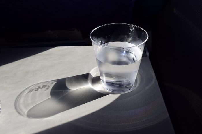 紫外線を浴びると肌は乾燥しています。それほど汗をかかなかった日でも、水かノンカフェインのお茶などで体に水分を補給しましょう。口から水分を取り入れる事で、効率よく内側からも保湿する事ができます。