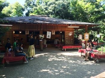 境内の中にある茶屋はどこか神々しい雰囲気。糺の森を眺めながら食べるかき氷は風情があって格別です。