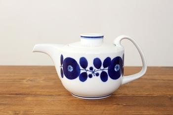 真っ白なティーポットに青で描かれた植物のデザインが、北欧ムード抜群のアイテムです。3人用程度の小ぶりなサイズ感で、来客時のおもてなしにもぴったり♪シンプルな白のティーカップとも合わせやすいですね。