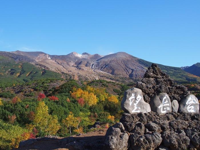 9月下旬~10月上旬と、日本一早い時期に紅葉が楽しめるのが「十勝岳望岳台」。美瑛や上富良野から、車でアクセスできます。  *駐車場から未舗装の登山道を少し登っていくので、歩きやすい靴を履いていくのを忘れずに。