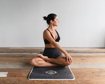 足がむくんでいたり肩が凝っている時は、ゴロゴロ寝て休むよりも身体を少し動かす方が楽になります。息があがってしまうようなエクササイズは身体を疲れさせてしまうので、簡単なストレッチやヨガにしましょう。