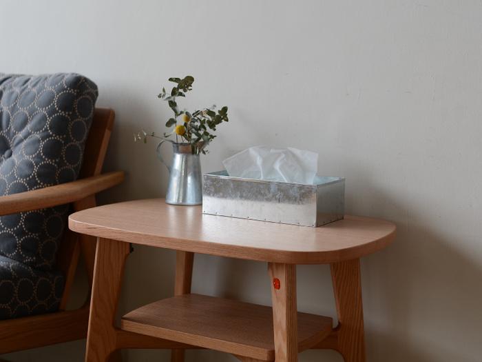 ティッシュの箱を入れて、蓋をするだけの簡単構造。ブリキの特性上、細かな傷やスレ、くすみが見られますが、それがかえっていい味わい深いに。日用品なのにお部屋に置いておくだけで凛とした空間になる、不思議なティッシュケースです。