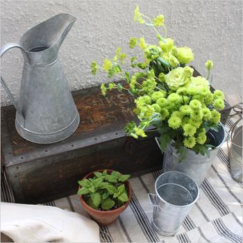 無機質なブリキの質感がスタイリッシュでカッコ良く、どこかレトロな空気が漂います。置いておくだけでお庭がワンランクアップしますね。