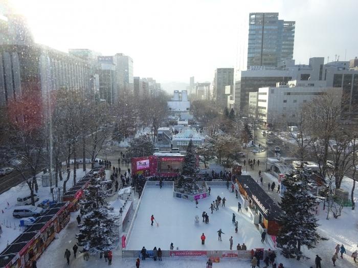 雪に触れて楽しめる「つどーむ会場」が登場します。屋外のスケートリンクや滑り台などが楽しめますよ。  スノーチューブや、雪に埋まったりハマったりしながら記念撮影をできるコーナーも。子どもはもちろん、大人も楽しく遊べて、大満足♪