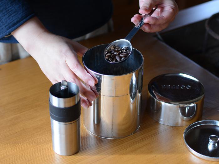 中ふたが付いているので、湿気から中身を守ってくれます。コーヒーなら豆で約350g入る、たっぷり容量も魅力的。乾物などを入れておくのにも重宝します。長く使っていくといい風合いに変化するブリキの質感を楽しみたいですね。