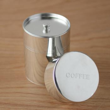 2006年の発売以来、人気の「CINQ(サンク)」のコーヒー用ブリキ缶。無垢のブリキを使用しているため、傷やスレ、変色などが見られますが、それがかえっていい味わいに。