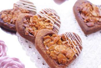 """お菓子作りで有名な人気ブロガーさん""""Hitomiさん""""のオリジナルレシピ。オレンジピールが入った果実味のあるフロランタン です。トッピングにチョコレートを使っているのでバレンタインにもおすすめ!"""