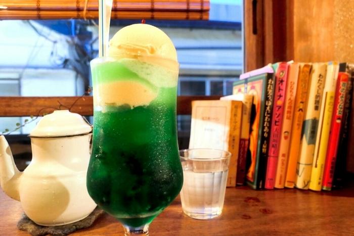 脚付きグラスに入れられたメロンソーダのクリームソーダ。なんとプラス200円でアイスクリームをダブルにすることができるんです。せっかくなら、アイスクリームを倍にして特別感のあるクリームソーダをいただきたくなりますね。