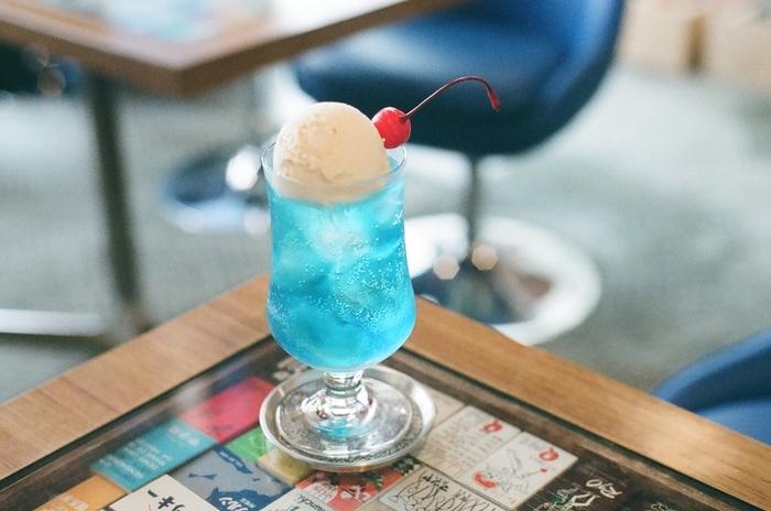しゅわしゅわと弾ける炭酸と優しい甘さのアイスクリーム。カラフルなソーダ水に浮かぶ氷をからからと混ぜたら、夏らしい涼し気な音を感じそうです。あなたは何味のクリームソーダを飲みたいですか?ぜひ、機会を見つけて、気になったお店を訪れてみてくださいね♪