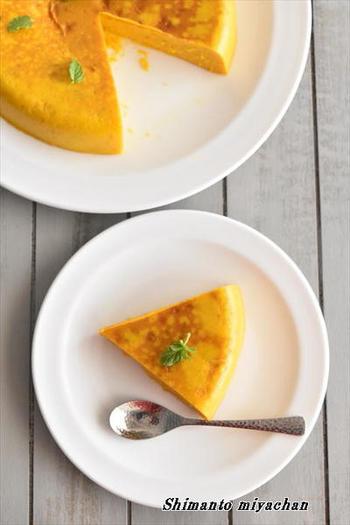 かぼちゃが好きな方にはこちらのレシピがおすすめ。ホットケーキミックスも入れたプリンケーキのレシピです。形がしっかりしているので、きっちり切り分けられますよ。生クリームの代わりに牛乳でも作れるのだそう♪