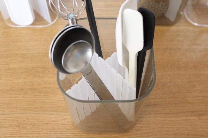 計量スプーンなど、バラバラになりがちなツールは、無印の仕切りを付けて分類すると◎ アレどこいった?と探す時間が省けて、料理もはかどるはずです。