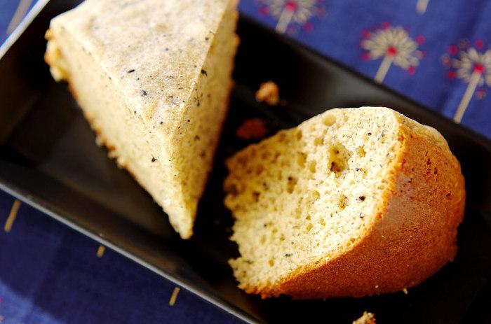 ホットケーキミックスに、きな粉やすり黒ごまを加えて作る蒸しパンのレシピです。混ぜてお釜に入れたらスイッチを押すだけでとっても簡単♪食べやすい大きさに切っていただきましょう。
