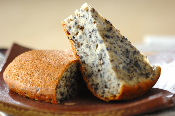 """黒ごまをたっぷり味わいたいときには、こちらの蒸しパンレシピがおすすめ。黒ごまは通常タイプとすりごまタイプの両方を使っています。こだわりポイントは""""マッシュポテトの素""""を使うこと。もちもちした食感が加わるのだそう♪"""