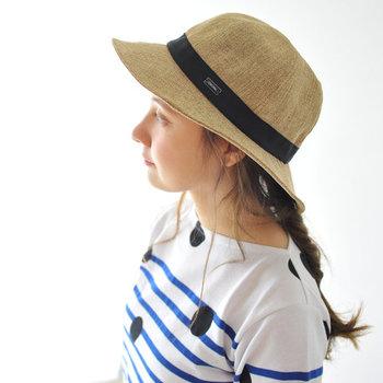 おしゃれに紫外線対策するならやっぱり帽子! こちらのような、ナチュラル雰囲気のラフィアハットなら、どんなコーデにも合わせやすいので重宝しますよ。おしゃれしながら紫外線対策も万全に行いましょう。