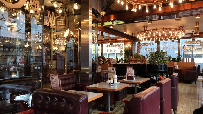 JR上野駅から徒歩2分ほどの距離にあるこちらの喫茶店。年季の入ったソファや味わい深いライティングが昭和レトロな喫茶店という風情です。最近では珍しく、喫煙できる喫茶店ということで愛煙家の人たちにも人気があります。