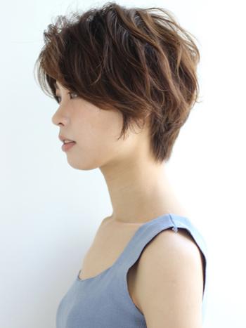 波ウェーブのうねりを活かしたエアリーなショートヘア。 束感とトップにボリュームを持たせるのがポイントです。