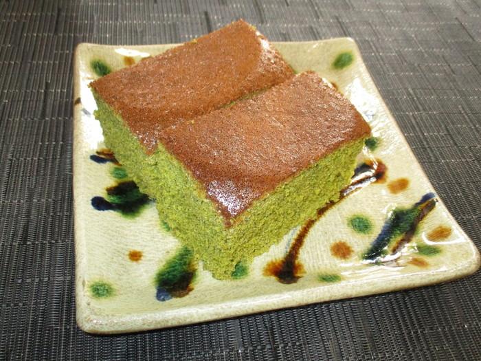 炊飯器でカステラも作れちゃうんです。こちらは日本茶との相性もぴったりの抹茶味のレシピ。抹茶をココアに変えれば、ココア味にもできるのだそう。出来上がりはお釜の丸い形なので、切り方を工夫してみましょう♪