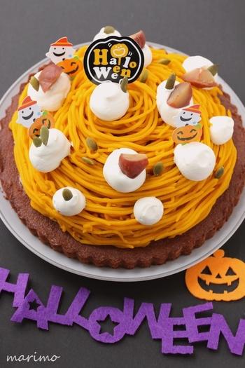 ハロウィンパーティーのラストを飾るスイーツは工夫のしがいがあります。一見タルトっぽいこちらのケーキですが、タルト部分はなんとケーキ生地!なので、材料を混ぜて焼くだけで簡単に作れちゃうんです。