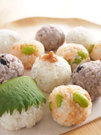 こちらもおにぎりの定番具材、しらす&梅と、鮭&枝豆をころんとしたひとくちおにぎりに。柔らかな色合いが可愛らしく、お弁当にもいいですね。