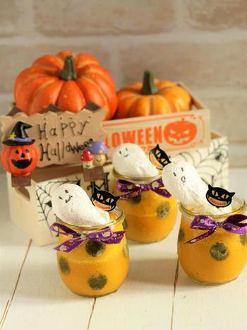 かわいらしいドット柄はかぼちゃの皮を使っています。トッピングのお化けは、メレンゲクッキーにフードペンを使って顔を描いたもの。このクッキーだけでも子ども達の集まりに喜ばれそう。