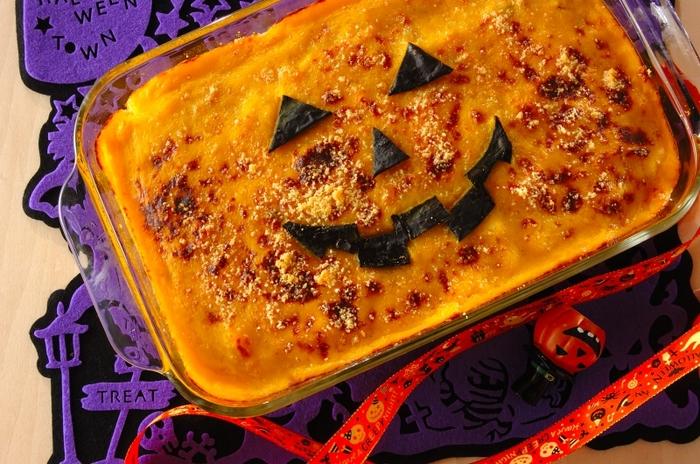 市販の  ホワイトシチューのルウで作るドリア。大きな器に作ったら、かぼちゃの皮でジャック・オー・ランタンの飾り付け♪持ち寄りハロウィンパーティーにも使えそう。