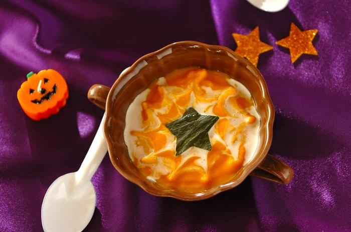 スープを器に盛ったら、渦巻き状に生クリームを流し入れ、竹串を使って真ん中から外にむかって線を描けば、クモの巣模様に仕上がります。さらに星形にくり抜いたかぼちゃの皮を中央にトッピングすれば、飲むのがもったいないほど素敵なハロウィンスープの完成です。