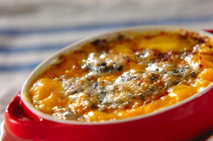 生クリーム、すりおろしたニンニク、ブルーチーズと、シンプルな材料で作れる「ブルーチーズグラタン」。程よい塩気がアクセントとなり、たくさん食べたくなる味わいです♪