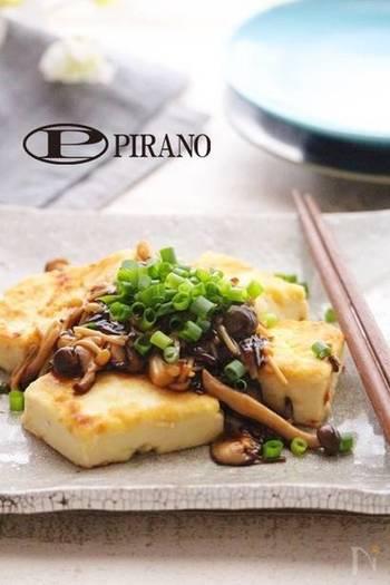 きのこたっぷりのあんで旨味もボリュームもアップする豆腐ステーキです。あんの味付けは塩昆布だけなので失敗知らず。ローカロリーなのにお腹もしっかり満足するひと品です。