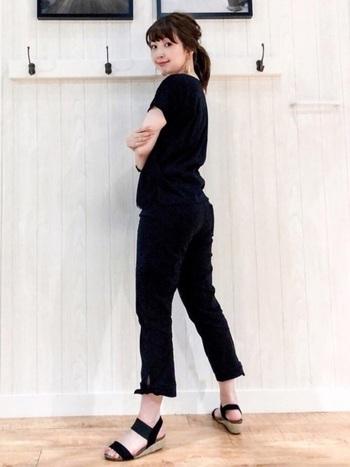 「麗しのサブリナ」になり切れる、サブリナパンツ&ブラックTシャツのコーデ。思いっきり真似っこしても、街着として違和感のない、抜け感のあるエレガントな着こなしになるのは、さすがです。