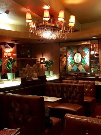 JR御徒町駅から徒歩2分ほど。オレンジ色の緩い灯りを放つシャンデリアや重厚感のあるソファなどノスタルジックな印象の強い喫茶店です。年配の方だけではなく、若い人にも人気があり、幅広い年齢層から支持されています。