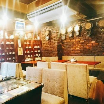 つくばエキスプレス浅草駅から徒歩7分ほどの距離にあるこちらの喫茶店。昭和48年創業の老舗喫茶店です。ロッジ赤石という名前の通り、山小屋風の店内は雰囲気の良さも抜群です。