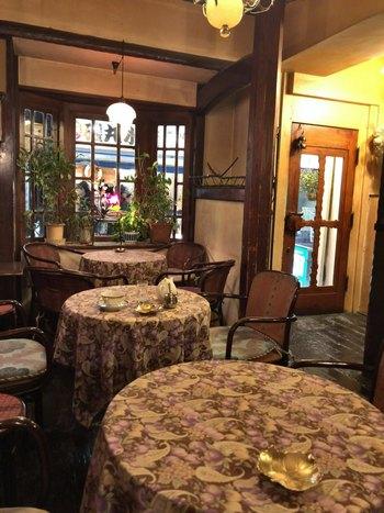 JR吉祥寺駅から徒歩2分。アールヌーヴォー調の店内は植物や絵画が飾られ、とても優美な雰囲気です。時間をかけてゆったりとティータイムを過ごしたくなるヴィンテージ感に溢れています。