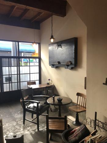 小田急線千歳船橋駅から徒歩1分。ノスタルジックな外観の古民家は一見するとカフェには思えないような佇まいです。オーナーが趣味で集めたというこけしに出会うことができます。