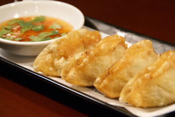 カリッと揚げた「タイ風揚げ餃子」は、パクチー入りのエスニックテイストが人気です。スイートチリソースをつけて召し上がれ♪