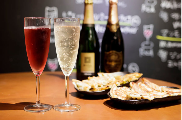 柚子胡椒や青じそドレッシングをつけていただく餃子は、いろいろなお酒に合いますが、せひ一度試していただきたいのが、シャンパンやワインとのマリアージュ。薄皮餃子に合うようにセレクトされた種類豊富なお酒とともに楽しんでみましょう。
