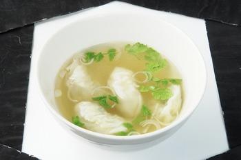 ベトナムの麺料理フォーをイメージして作ったという「ベトナム風エスニック水餃子」は、麺の代わりに水餃子が入っています。やさしいお出汁の味は、お酒のシメにもおすすめです。