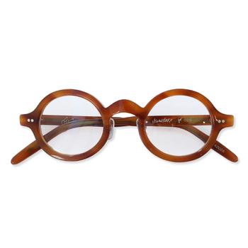 最近では、メガネもファッションアイテムのひとつになっています。フレームの幅や色で印象がガラリと変わりますよ。