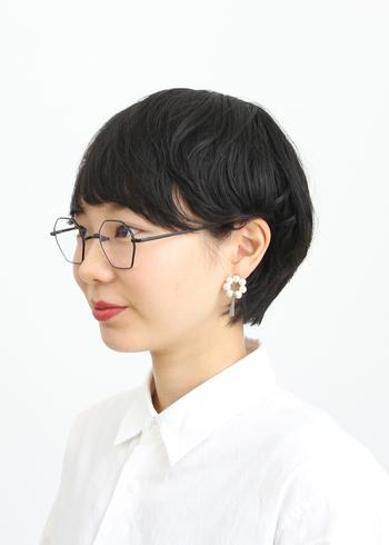 個性的なデザインながらも主張しすぎないフレームのメガネ。コーデの邪魔をせず、かけるだけで個性を引き出してくれます。