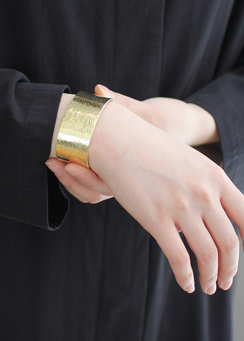 ゴールドのボリュームあるバングルは、シンプルコーデのワンポイントに。存在感はあるもののシンプルなデザインなので、シンプルコーデとの相性バッチリです。