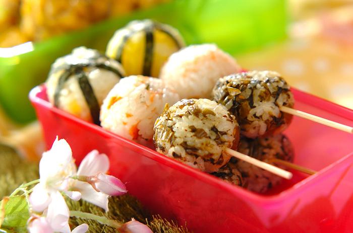 たくあんと白ゴマ、鮭と木の芽、高菜の3種類のひとくちおにぎりを、串に刺してさらに食べやすく。食べるときに手が汚れにくく、お弁当にもぴったりです。