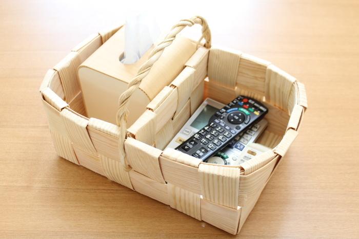 こちらのブロガーさんは、もみの木で出来たバスケットをリモコン収納として使っているそうです。このジャストフィット感がたまらないですよね…。複数のリモコンがこんなに収まるなんて、ちょっと感動的!しかも、隣のスペースにはティッシュケースを入れるスペースも…。可愛らしい持ち手も付いているので、持ち運びにもとっても便利。