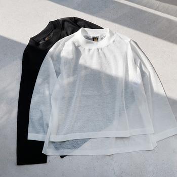 山形県寒河江市で誕生したニットウエアブランド「BATONER」。ポリエステルリネン素材のクルーネックプルオーバーは、程よい透け感とシアーな質感が魅力的。