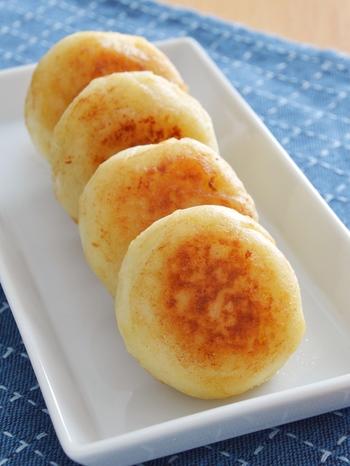 北海道の郷土料理である、じゃがいもの「いも餅」。こちらのバター醤油味のほか、チーズを入れたりみたらし風にしても美味!おやつやお弁当にもおすすめですよ。
