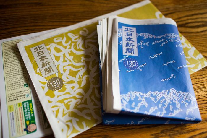 北日本新聞社の130周年を記念した「富山もようプロジェクト」で手掛けたラッピング紙面。読むのが楽しくなりそうなユニークなデザイン(写真:小柴尊昭)