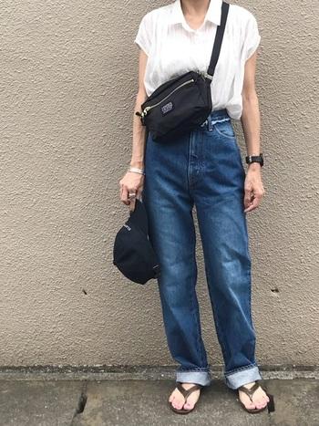 白シャツ+デニムはメンズライクコーデの定番中の定番。フレンチスリーブの肩のラインが女性的なので、柔らかい雰囲気も感じます。